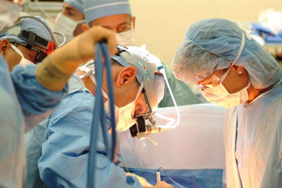 Las manos mágicas de los cirujanos