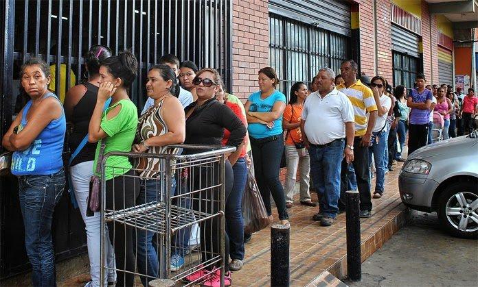 """«El fenómeno pop"""" de las colas en Venezuela"""