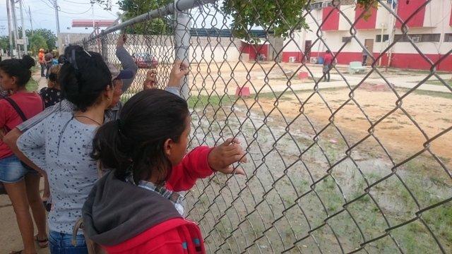 Familiares duermen a las afueras del retén de Cabimas para cuidar a sus presos