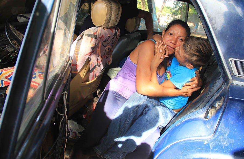 Dentro de un vehículo abandonado vive familia migrante venezolana