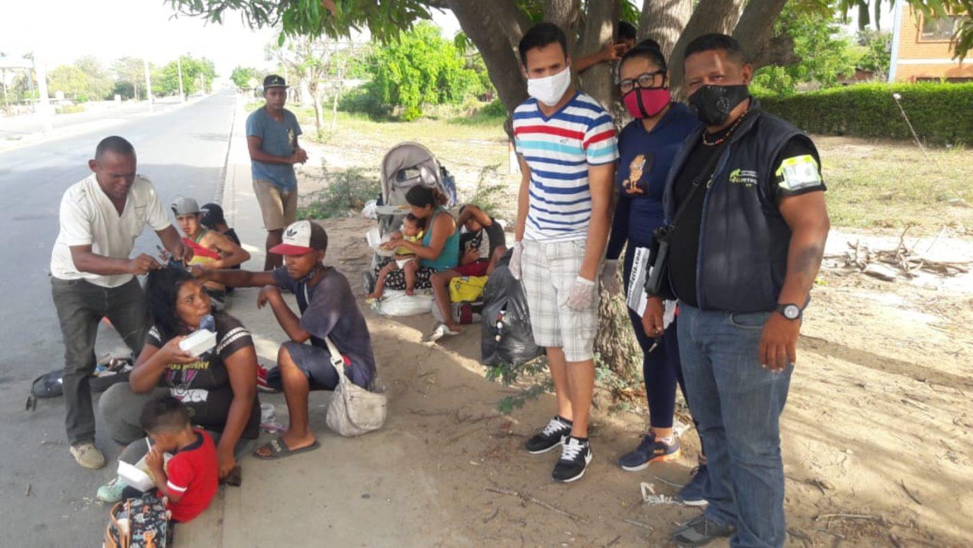 Entre un intenso calor y alto peligro, caminantes venezolanos retornan por la Guajira