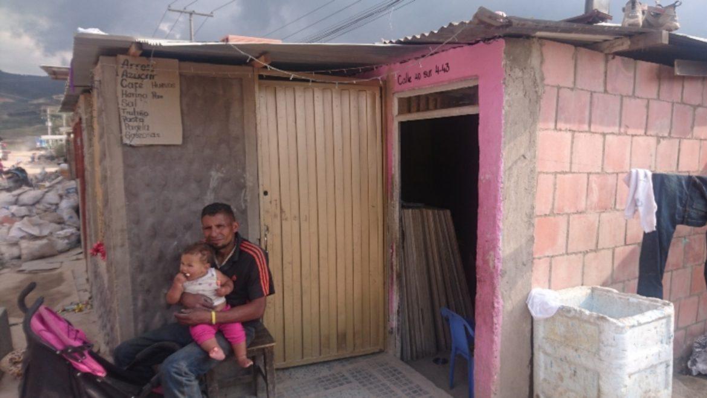 Con madera y cartón, venezolanos rehacen sus vidas en Soacha